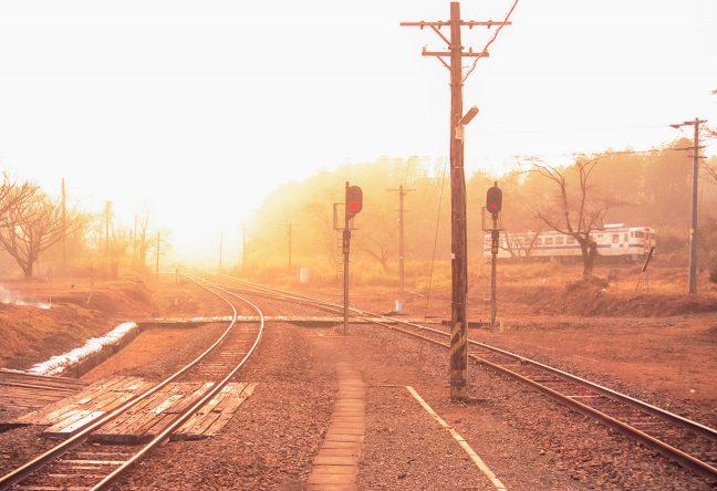 加速しながらループ線を周り矢岳越えに挑む普通列車