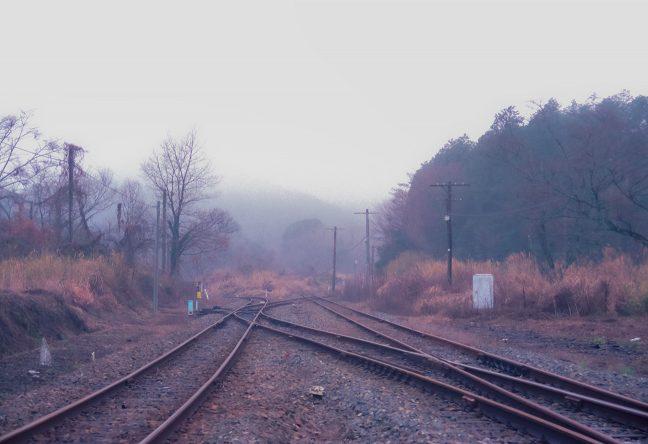 駅のホームから引上線と人吉駅方面に下る本線を眺める