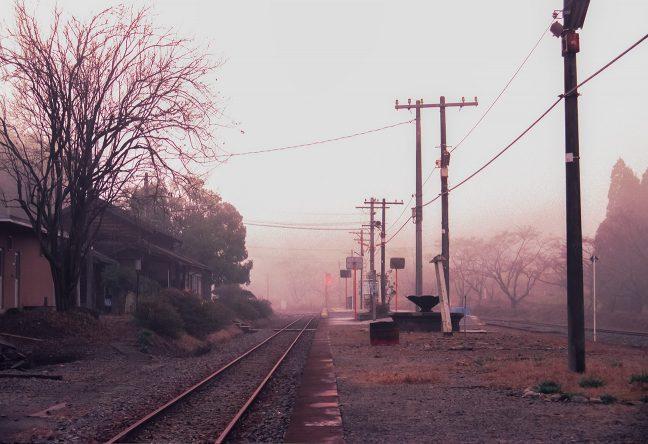 霧の中、日没の夕日を受けて赤く染まりだした大畑駅