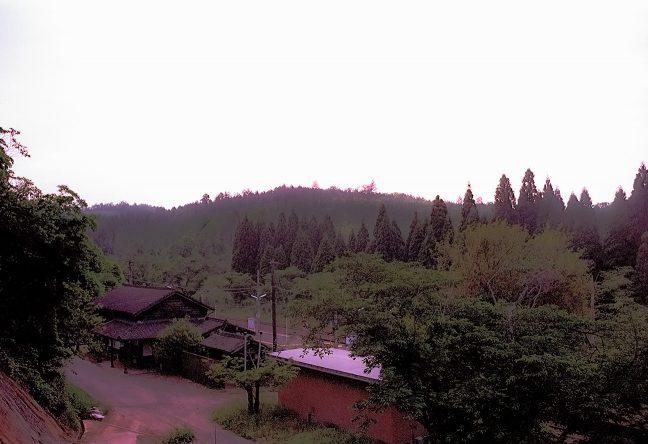 駅前にある宮地嶽神社の参道階段から大畑駅舎を見下ろす