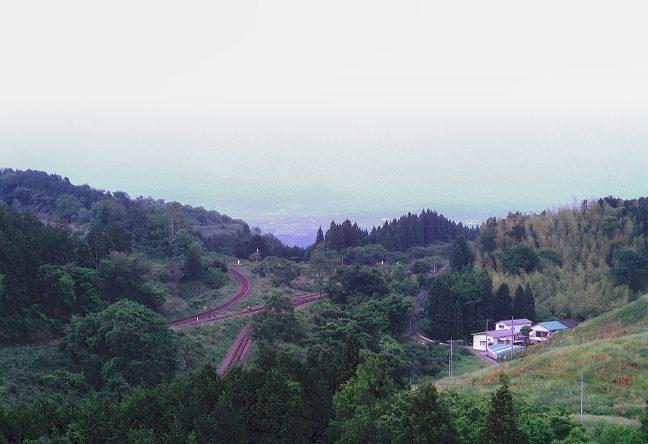 大畑駅を俯瞰する丘から、駅付近を遠望する