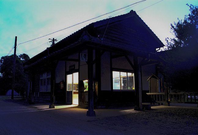 窓明かりが漏れる大畑駅舎