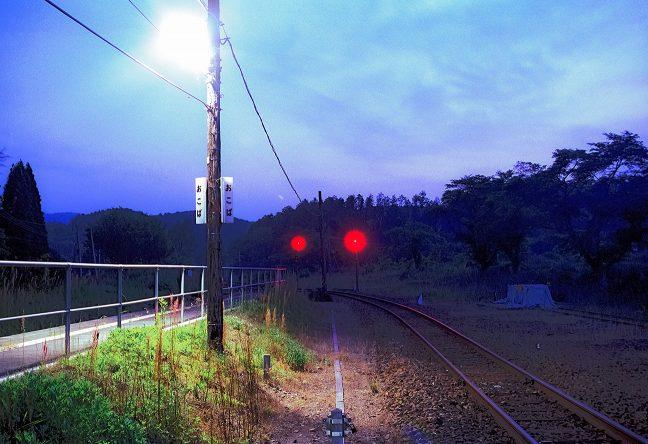 暮色蒼然の大畑駅ホームを一基の灯りが照らす