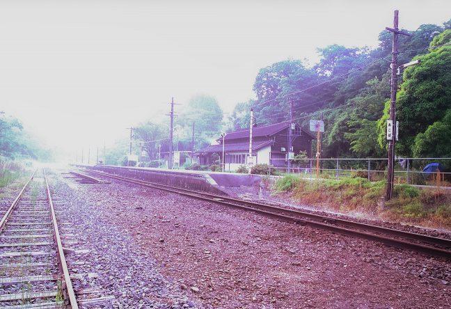 霧の中で明けた夏の大畑駅の早朝
