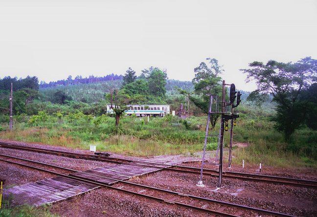 ループ線を下ってきた朝の始発列車が、モニュメントの横を通過していく