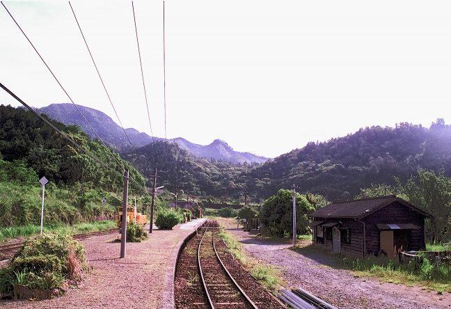 真幸駅のホームから矢岳越えの稜線を望む