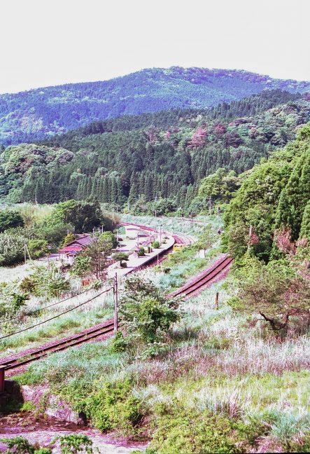 真幸駅近くの小川沿いから駅を見下ろす
