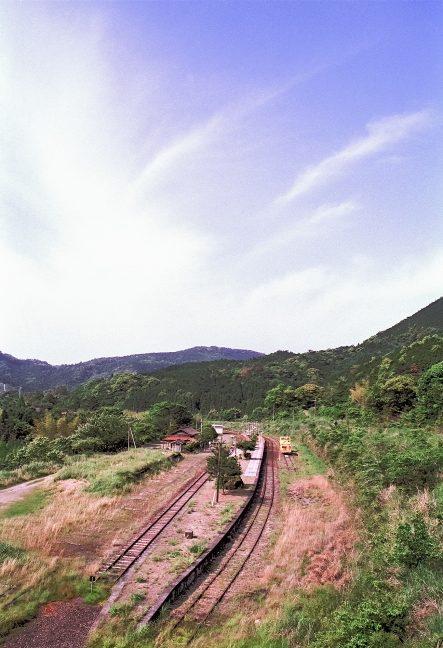 駅の後背にある擁壁上から真幸駅を見下ろす