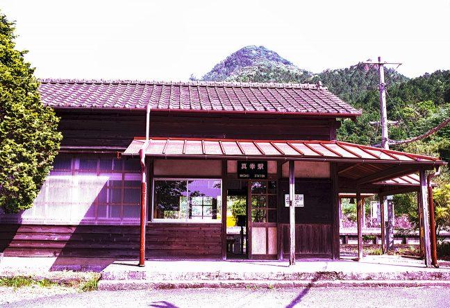 682m峰に見守られる真幸駅舎