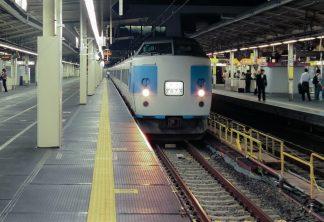 JR中央本線・新宿駅・夜行急行「アルプス」(東京都:2001年8月)