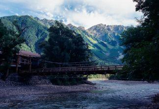 上高地から望む河童橋と岳沢・奥穂高岳(長野県:2001年8月)