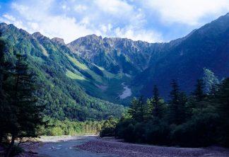 上高地から望む梓川と岳沢・奥穂高岳(長野県:2001年8月)