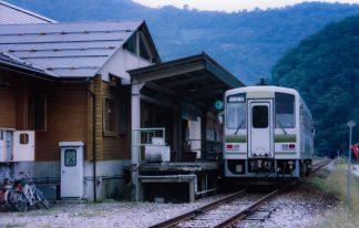 JR越美北線・九頭竜湖駅(福井県:2001年10月)