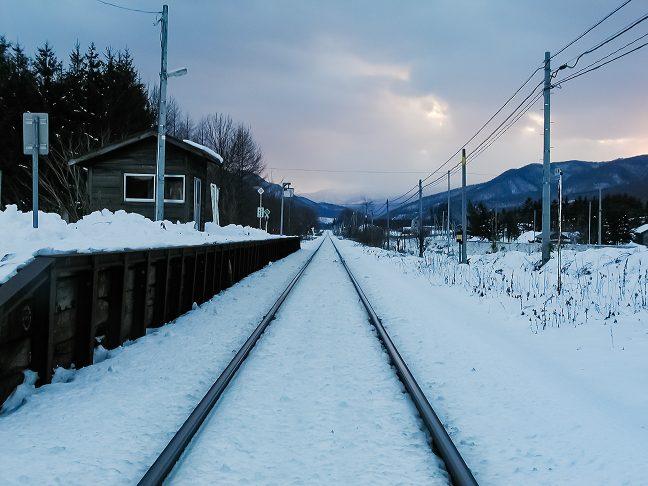 雪原に伸びる一条の線路の彼方に、石北峠が控えている