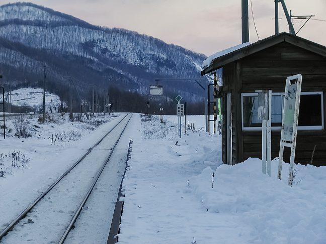開業以来、利用客の往来を見守り続ける木造駅舎