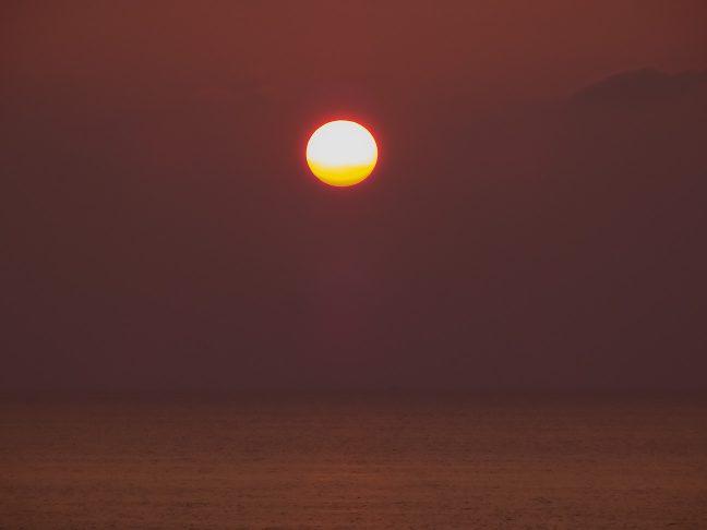 誰も居ない駅前の海岸で沈みゆく夕日を眺めた