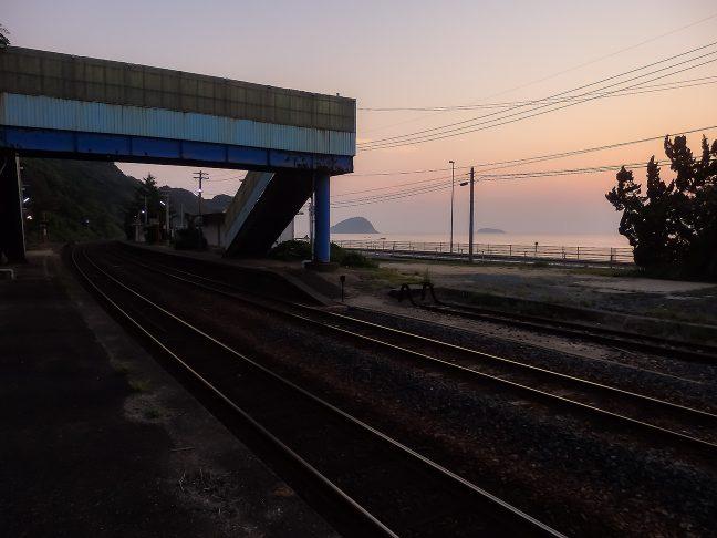 宇田郷駅のホームからも日本海が間近に眺められる