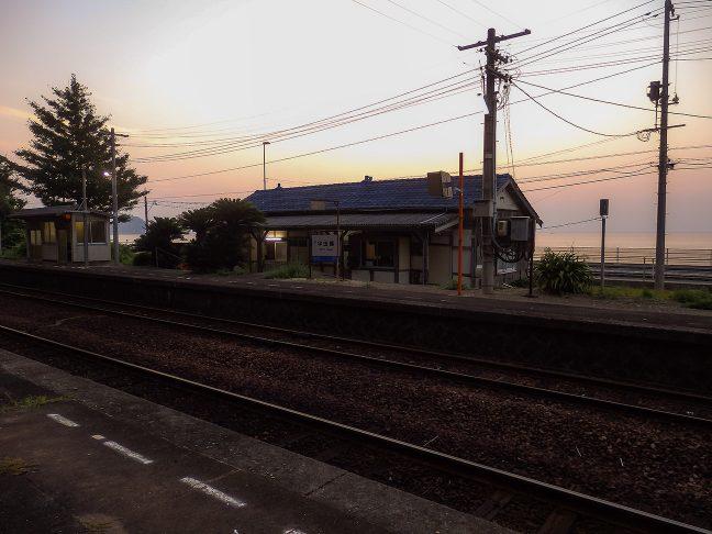 夕日を受けて静かに佇む木造の駅舎が好ましかった