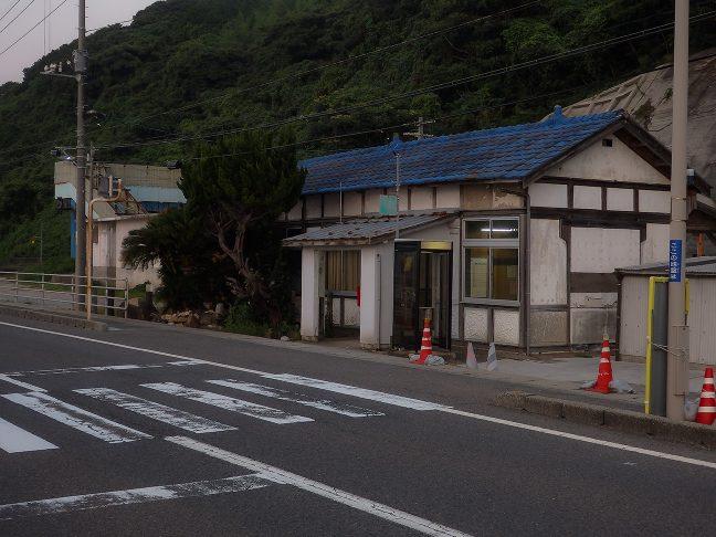 駅は直ぐに道路に面しており、駅前広場などは無かった