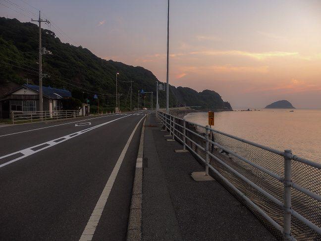 駅前には、交通量の少ない国道と、見渡す限りの日本海が広がる