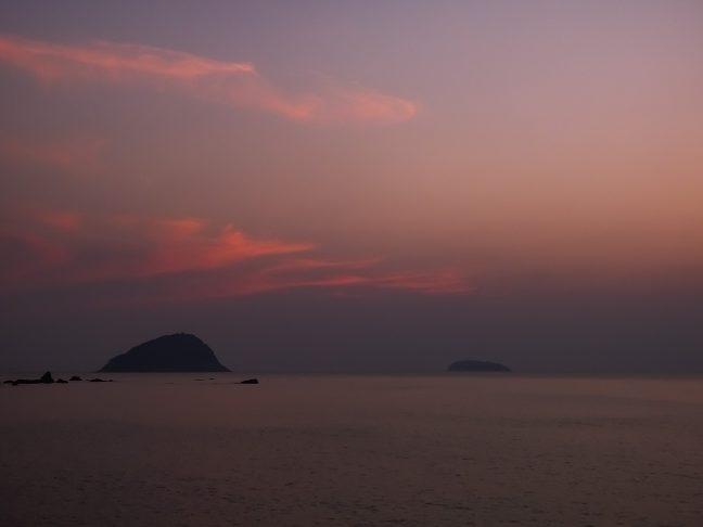 駅の西方の日本海には姫島(左)と宇田島(右)が浮かぶ