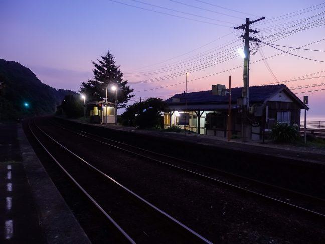 駅に戻れば暮景の中に静かに佇む駅舎が心地よい