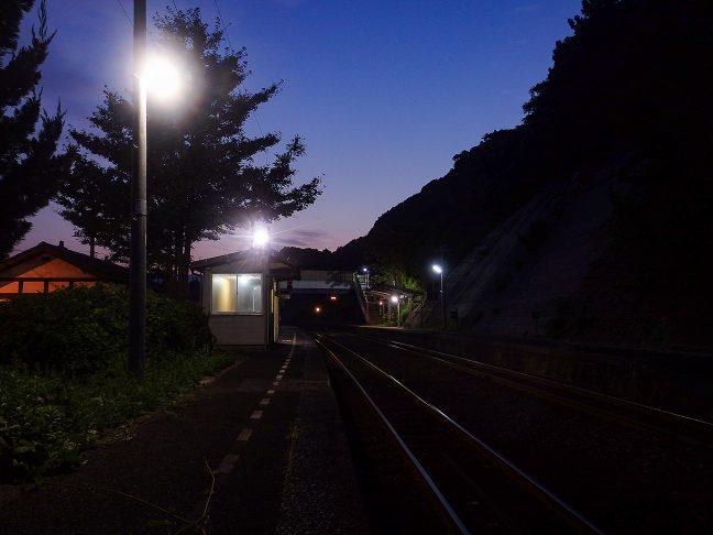 白々と明けてゆく宇田郷駅