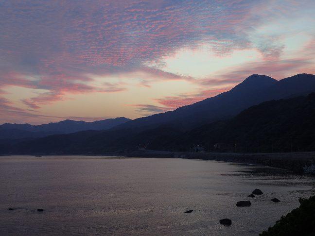 赤み差す空の下で宇田郷駅の夜が明けていく