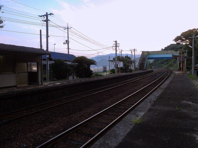 下り線側から眺める宇田郷駅構内と益田方の眺め