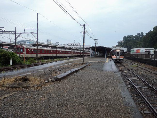 幅広い構内西側にJR、東側に近鉄が出入りする