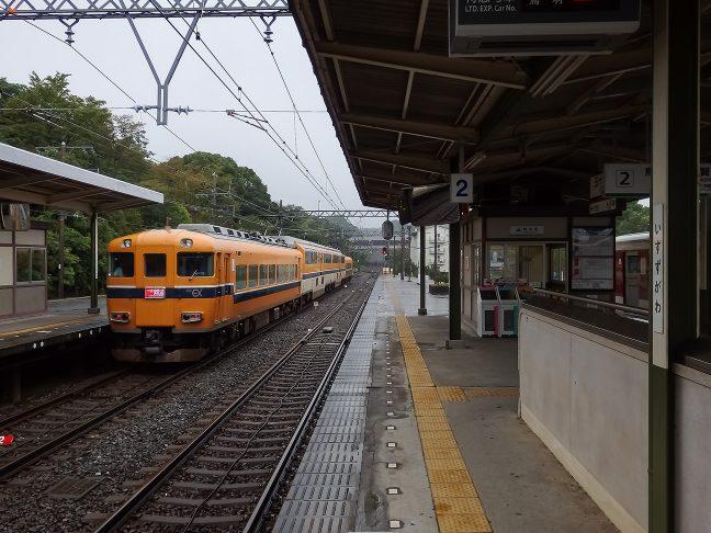 五十鈴川駅を出発する大阪難波行きビスタカー