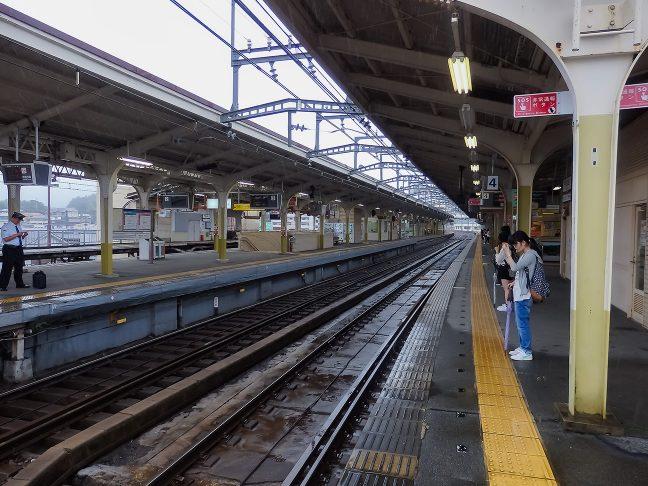 宇治山田駅で乗り継ぎの名古屋行き急行を待つ