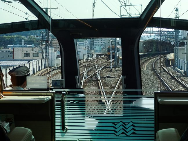 宇治山田駅に進入する賢島行き特急「しまかぜ」の前面展望