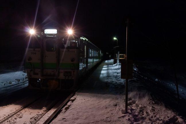 雪が舞う中、旧白滝駅に降り立つ