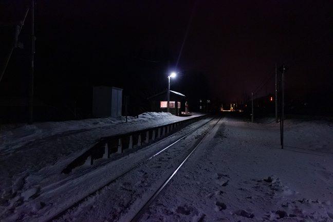 雪原の中に、ポツンと佇む待合室の明かりが、寂しくも温かい