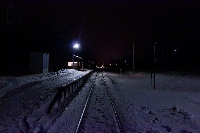 聞こえてくるのは、凍てついた雪面を踏みしめる音だけ