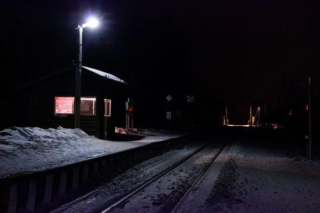 駅を照らすたった1基の照明に、横殴りの雪が吹き付ける
