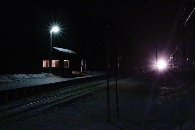 ヘッドライトを煌々と照らして、特急「オホーツク」がやってきた
