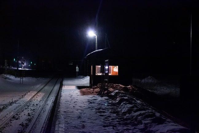 鉄道に並行する国道にも、殆ど、車の往来はない