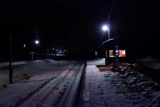 国道の路肩表示灯が、無人の原野に明滅していた