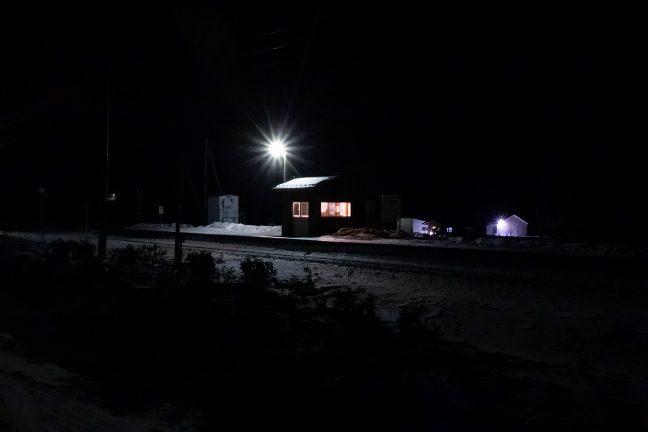 国道から雪原越しに眺めた旧白滝駅の孤影