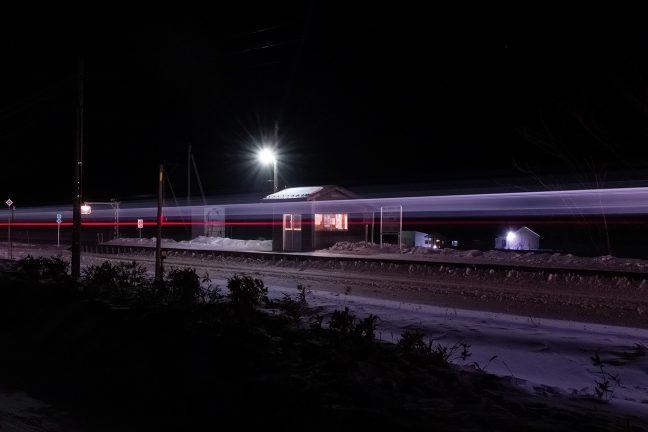 白滝駅から折り返してきた下り普通列車が駅を通過していく