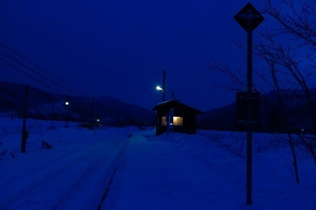 一夜明けた黎明の寒気の中で凍てつく旧白滝駅