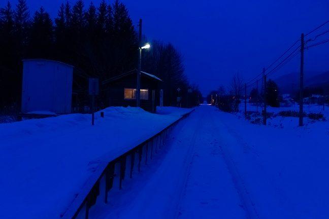 青い大気の底で、駅は、まだ眠りの中