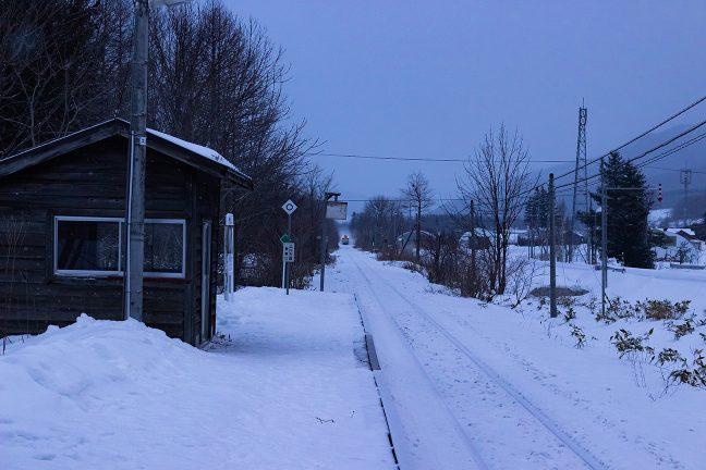早朝の石北峠を越えて朝の始発列車がやってきた