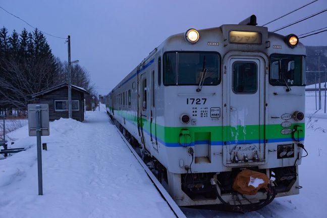 春を待たずに廃止される旧白滝駅に別れを告げる