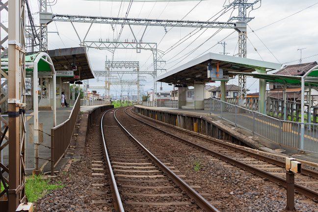 相対式2面2線の東松阪駅に到着