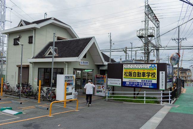 松阪方面への上り線側に駅舎がある
