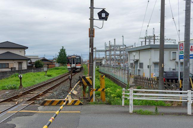 名古屋行きの快速「みえ」が東松阪付近を通過していく