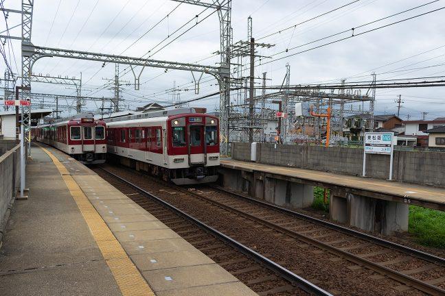 普通列車と行き違う宇治山田行き急行